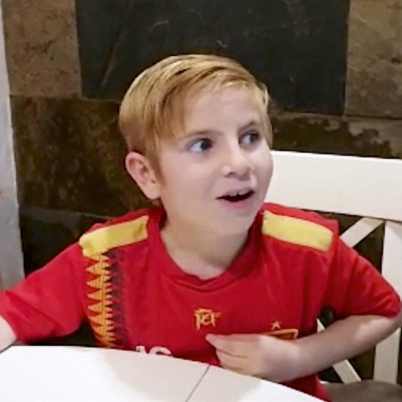 Un niño vestido con la camiseta de la Selección Española de Fútbol pone cara de sorpresa. Fragmento de la acción de Aracnofobia para Pelayo.