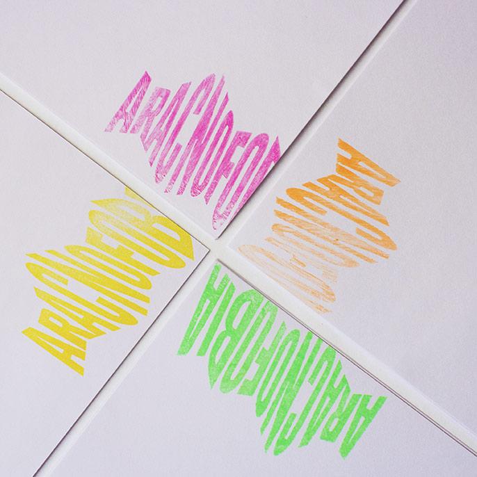 El logo de Aracnofobia impresionado en 4 sobres con colores corporativos