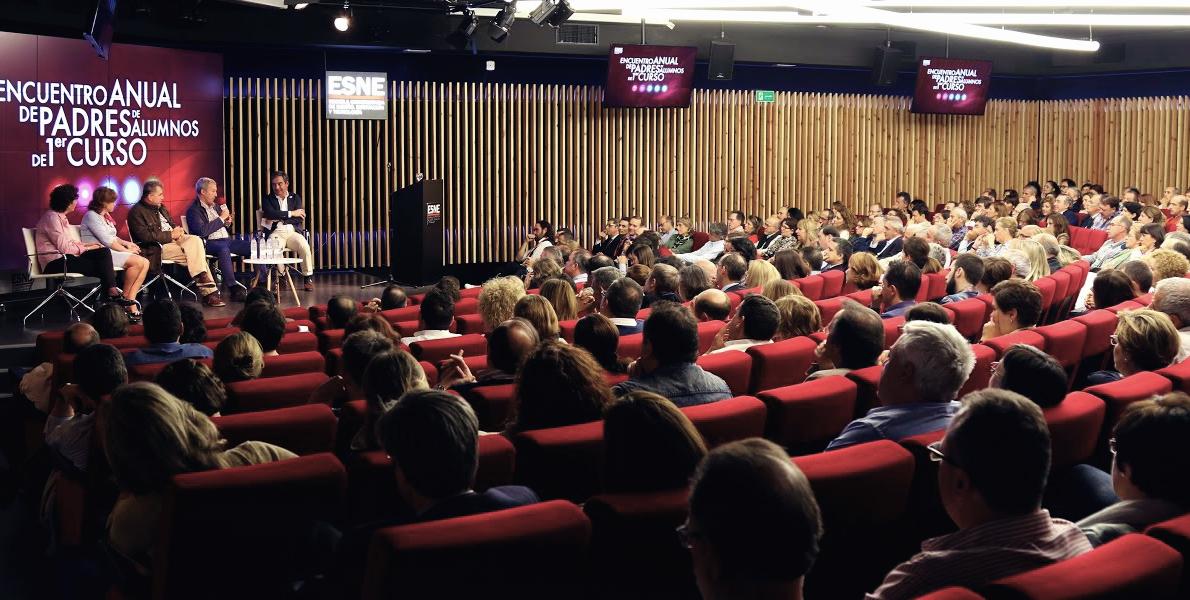 Imagen del Auditorio de ESNE durante el encuentro anual de padres de alumnos de primer curso.