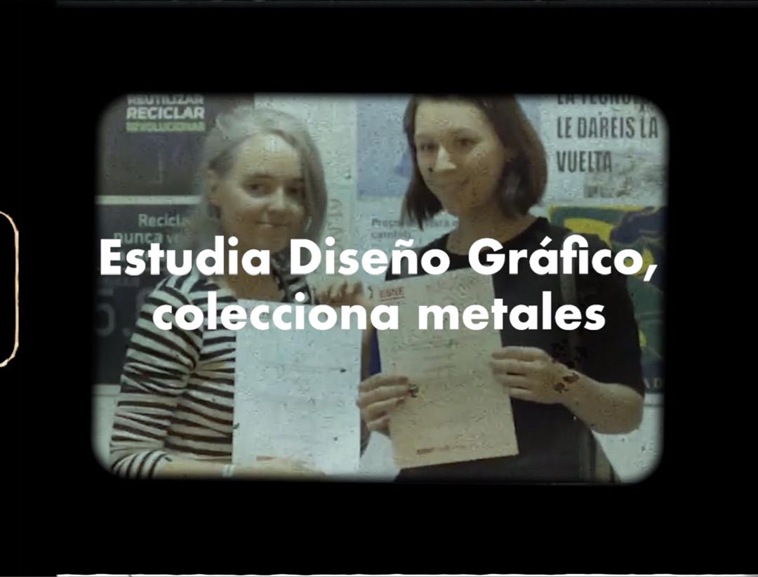 """Dos estudiantes posan con un galardón de diseño gráfico para estudiantes y el texto: Estudia Diseño Gráfico, colecciona metales""""."""