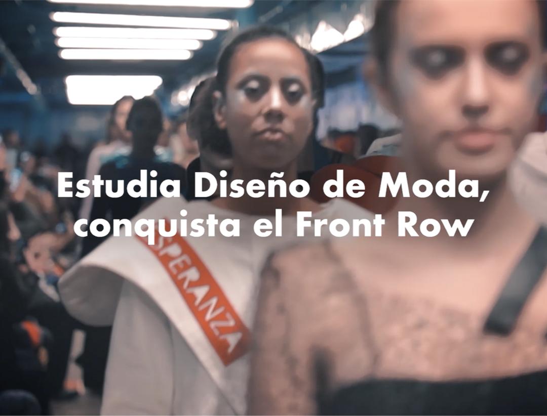 """Modelos desfilando en una pasarela con la colección de moda de una estudiante de Esne y la frase """"Estudia diseño de moda, conquista el front row""""."""