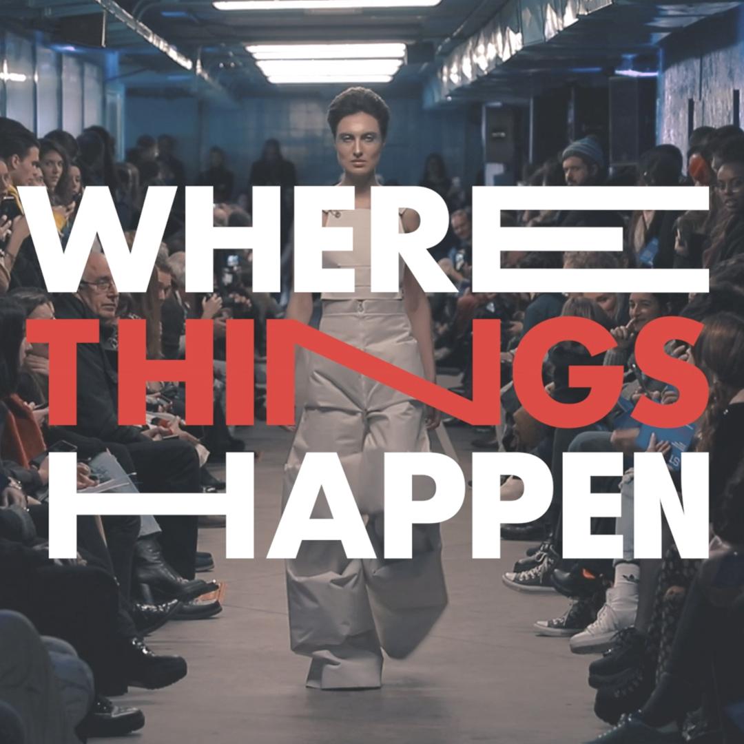 """Una modelo desfilando por una pasarela con el texto """"Where things happen"""""""
