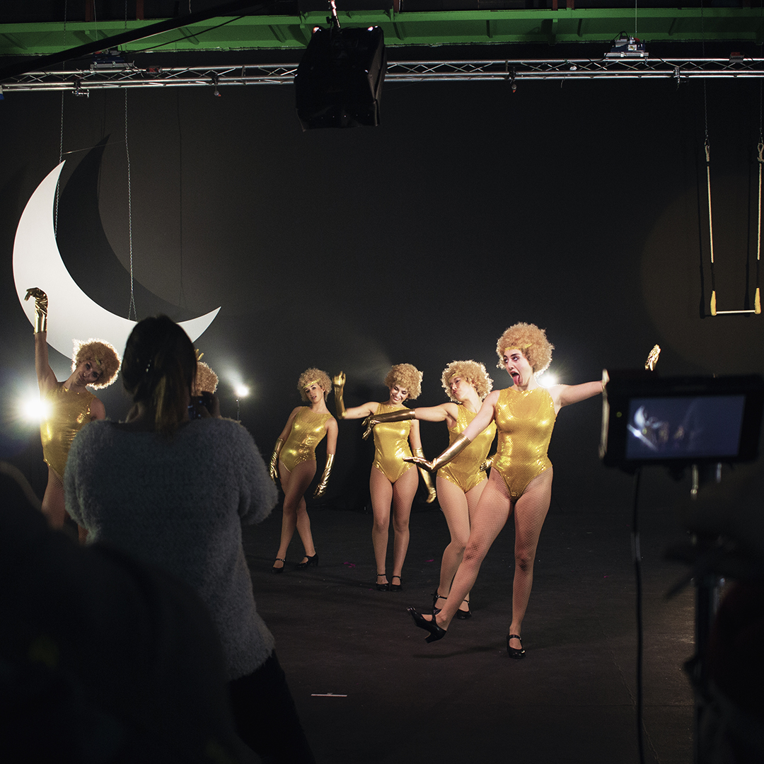 momento del rodaje de la campaña de navidad de Mano de Santo en el que bailarinas vestidas de burbujas doradas bailan torpemente.