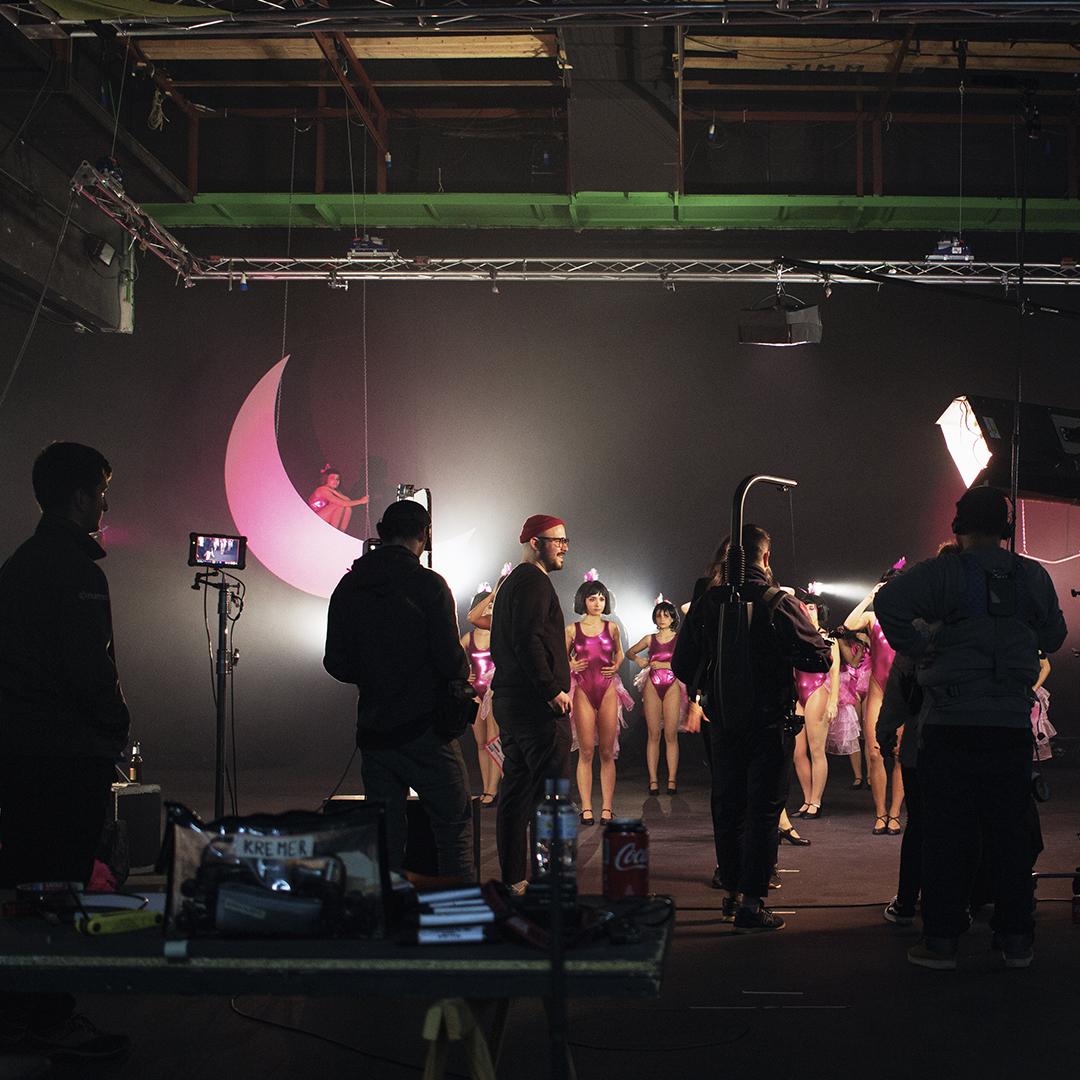 Equipo de producción trabajando en el set de rodaje de la campaña de navidad de Mano de Santo.